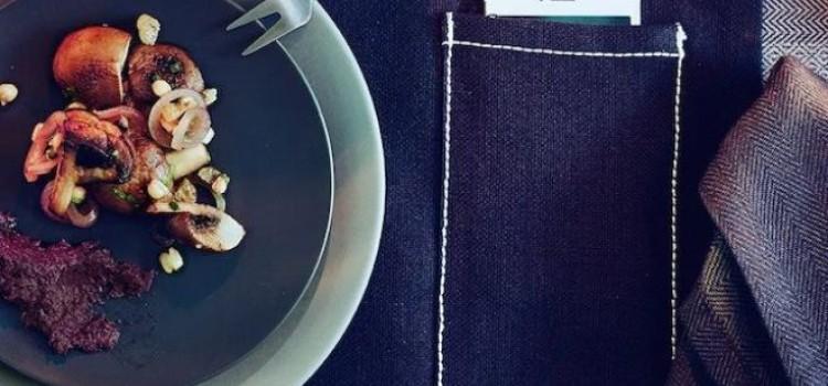 IKEA progetta le tovaglie con porta smartphone