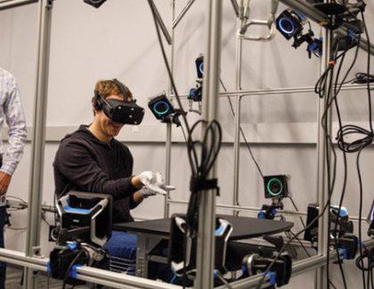 Mark Zuckerberg mostra un prototipo di guanti VR della Oculus