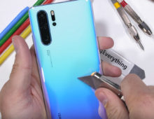 Huawei P30 nel test di resistenza di JerryRigEverything