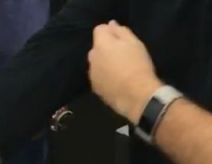 Panos Panay con un misterioso wearable al polso in un video live. Forse Band 3 o Surface Watch?